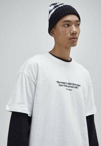 PULL&BEAR - T-shirt z nadrukiem - white - 4