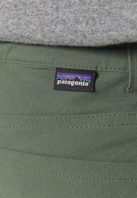Patagonia - SKYLINE TRAVELER  - Shorts outdoor - kale green - 4