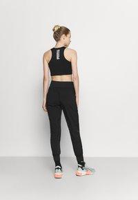 Puma - RUN FAVORITE TAPERED PANT - Pantalon de survêtement - black - 2