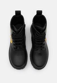MOSCHINO - Šněrovací kotníkové boty - black/yellow - 3