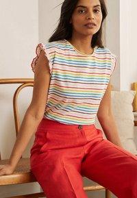 Boden - Print T-shirt - regenbogenfarben - 1