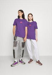 YOURTURN - UNISEX - T-shirt imprimé - purple - 1