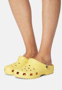 Crocs - CLASSIC - Mules - banana - 0