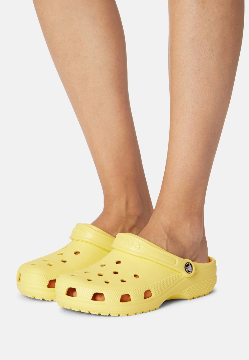 Crocs - CLASSIC - Mules - banana