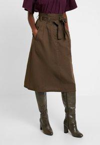 Great Plains London - BEAU BELT - Áčková sukně - dark olive - 0