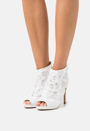 KENDALL - Kotníkové boty na platformě - white