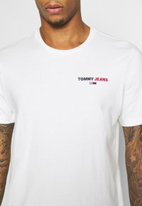 Tommy Jeans - CHEST CORP TEE UNISEX - Print T-shirt - white - 5