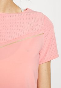 ONLY Play - Camiseta estampada - strawberry pink/white gold - 4