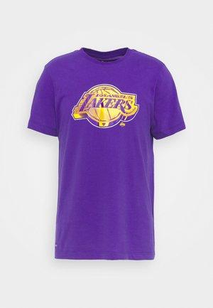 NBA LOS ANGELES LAKERS ESSENTIAL LOGO TEE - Klubbkläder - court purple