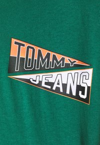 Tommy Jeans - BACK GRAPHIC TEE UNISEX - Print T-shirt - rural green - 6