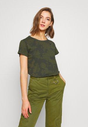 GYRE - Print T-shirt - algae/ combat