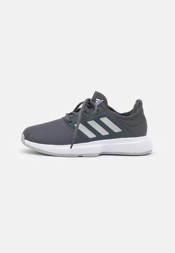 GAMECOURT - Multicourt tennis shoes - grey six/silver metallic/purple tint