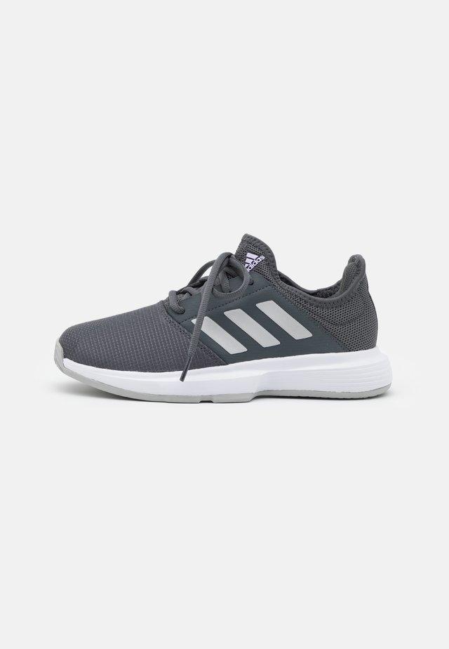 GAMECOURT - Tennisschoenen voor alle ondergronden - grey six/silver metallic/purple tint
