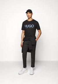 HUGO - DOLIVE - Print T-shirt - black/blue - 1
