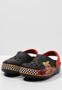 Crocs - FUN LAB DISNEY AND PIXAR CARS  - Pool slides - black - 2