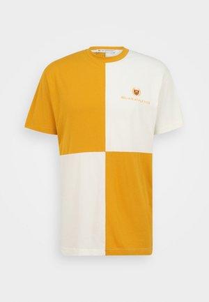 MACRO CHECK UNISEX - T-shirts print - lion/notebook white