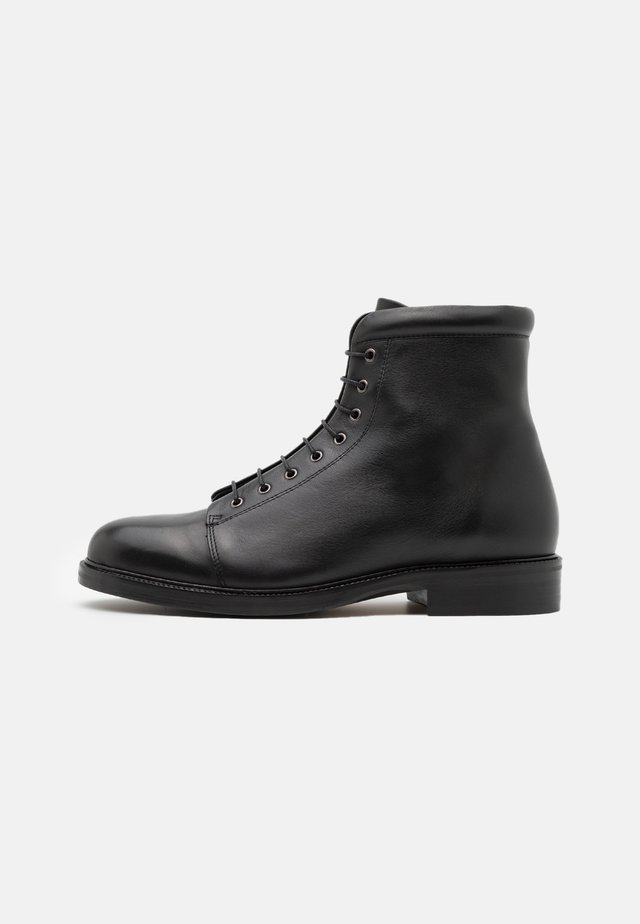 HANDCRAFTED BOND LACE UP BOOT - Stivaletti stringati - black