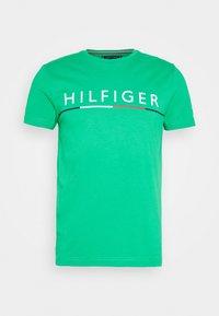 Tommy Hilfiger - GLOBAL STRIPE TEE - T-shirt z nadrukiem - green - 4
