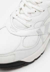 KARL LAGERFELD - VOLT LOGO LO LACE - Trainers - white/silver - 5