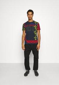 Carlo Colucci - UNISEX - Print T-shirt - navy - 1