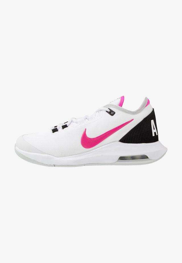 COURT AIR MAX WILDCARD - Tenisové boty na všechny povrchy - white/laser fuchsia/grey fog/black