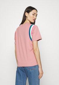 Nike Sportswear - T-shirt imprimé - rust pink/white - 2