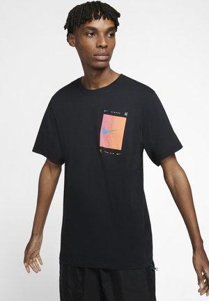 M NSW TEE SNKR CLTR 4 - Print T-shirt - black
