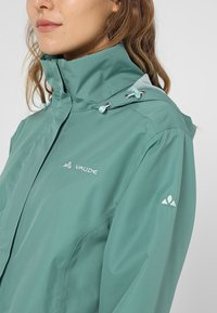 Vaude - WOMANS ESCAPE LIGHT JACKET - Waterproof jacket - nickel green - 8