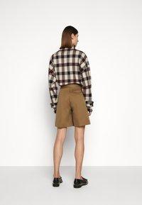 Victoria Victoria Beckham - Shorts - fawn brown - 2
