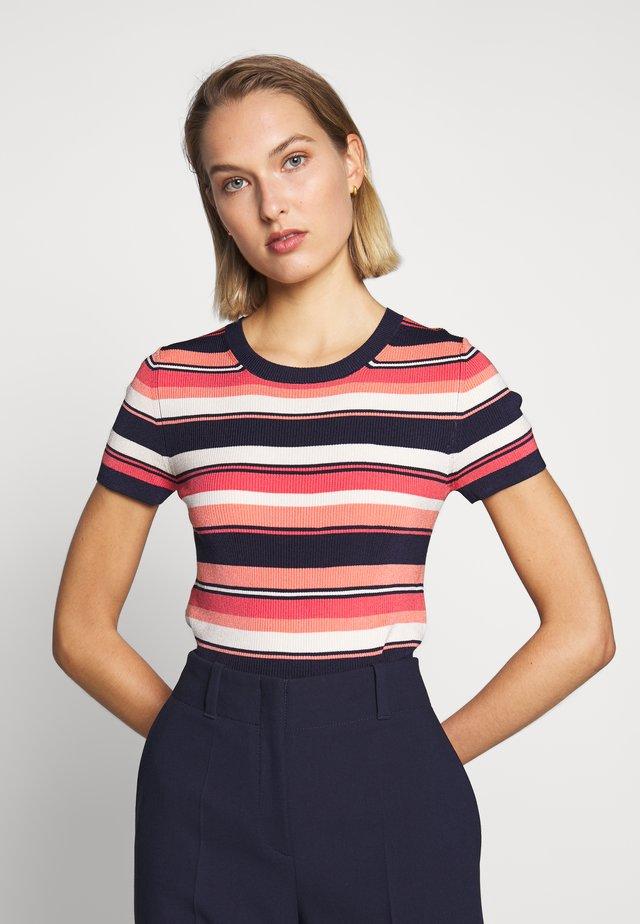 COURT STRIPE CROP - Print T-shirt - coral peach