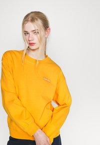 Levi's® - GRAPHIC STANDARD CREW - Sweatshirt - kumquat - 3