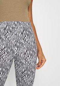 ONLY - ONLBELLA LIVE LOVE - Leggings - Trousers - black/zebra - 4