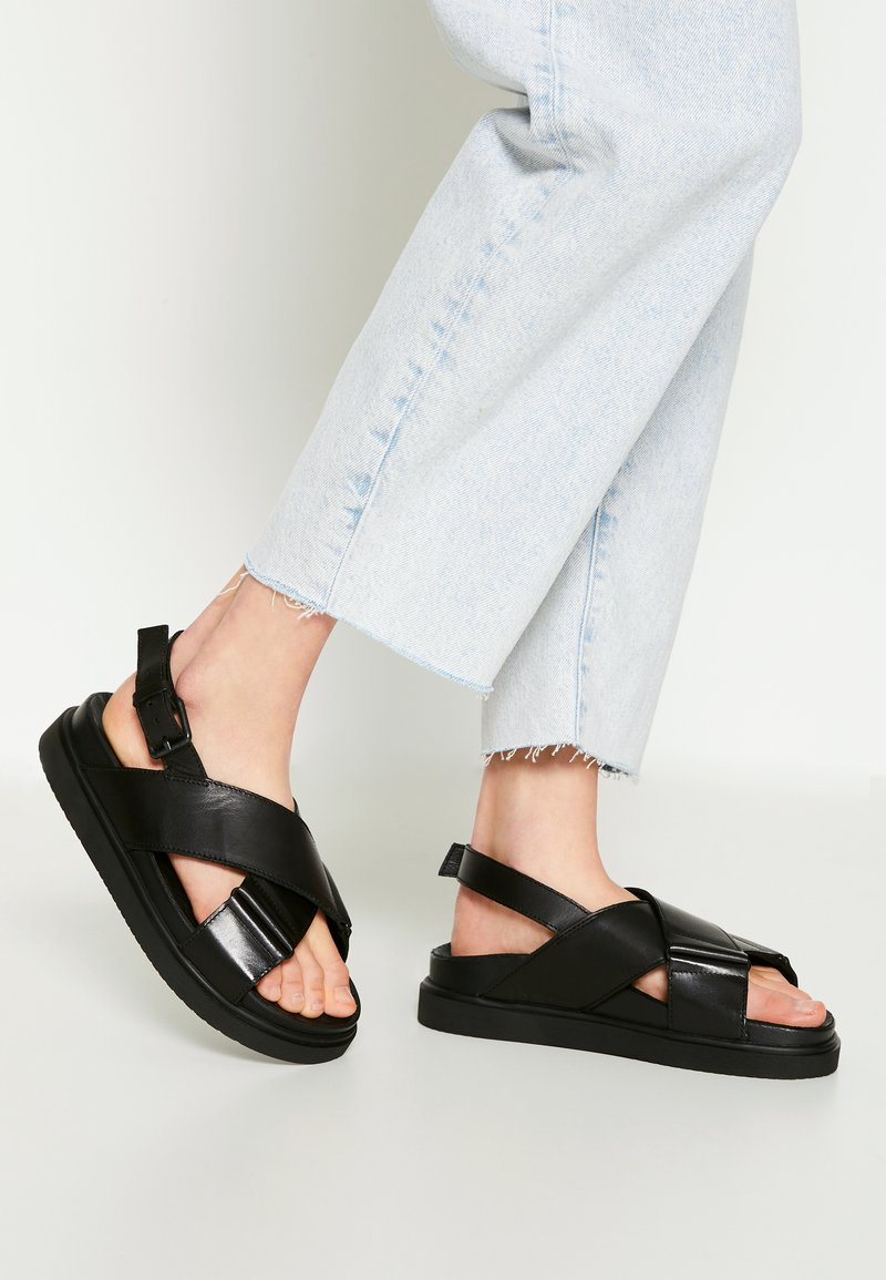 Pavement - DARCIE - Sandalen met plateauzool - black