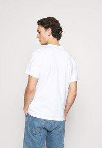 Converse - DANGLING CHUCK TEE - T-shirt con stampa - white - 2