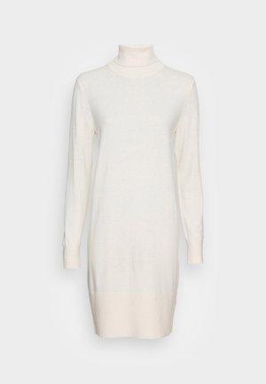 HEAVY DRESS LONGSLEEVE TURTLE NECK - Sukienka dzianinowa - chalky sand