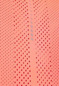 ASICS - FUTURE TOKYO VENTILATE - T-shirt imprimé - sunrise red - 6