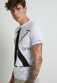 Calvin Klein Jeans - CK ONE BIG LOGO REGULAR  TEE - T-shirt print - bright white - 7