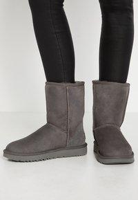 UGG - CLASSIC SHORT - Korte laarzen - grey - 0