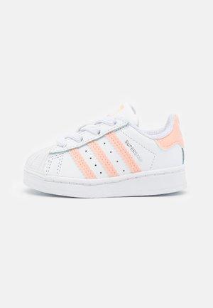 SUPERSTAR UNISEX - Zapatillas - footwear white/haze coral