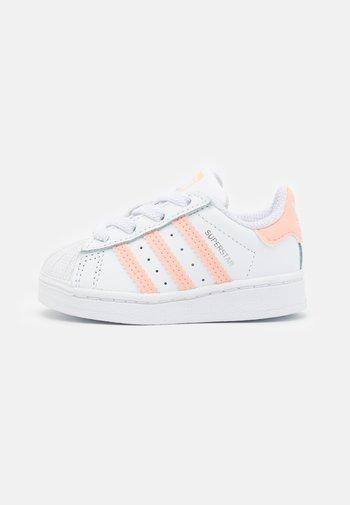 SUPERSTAR UNISEX - Trainers - footwear white/haze coral
