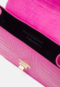 Pieces - PCABBELIN CROSS BODY - Handbag - hot pink/gold - 2