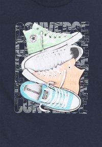 Converse - SHORT SLEEVE CHUCK TAYLOR GRAPHIC UNISEX - Camiseta estampada - obsidian - 2