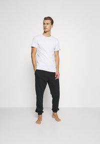 Puma - 4 PACK BASIC CREW TEE - Pyjama top - white - 0