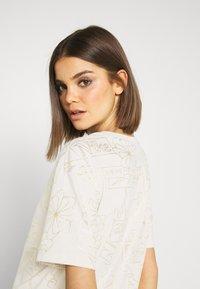 Nike Sportswear - TEE ICON CLASH - Camiseta estampada - light orewood - 4