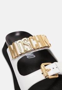 MOSCHINO - Mules - bianco - 5
