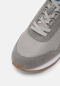 Jack & Jones - JFWZEPHYR - Sneakersy niskie - frost grey - 4