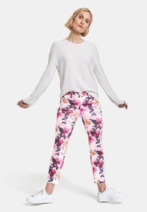 MIT BLUMENMUSTER REGUL - Slim fit jeans - pink/rosa/weiß