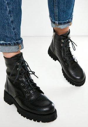 Bottines à plateau - black croco obl