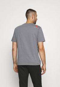 Calvin Klein Jeans - RELAXED BADGE TEE UNISEX - Print T-shirt - shining armor - 2