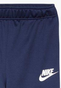 Nike Sportswear - B NSW CORE TRK STE PLY FUTURA - Chaqueta de entrenamiento - midnight navy/laser blue/white - 3